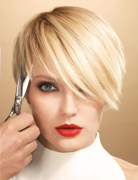 Short cuts for straight hair are characterized by slight scaling, for a discreet and composed result.  To give more movement, the short bob with side tuft is perfect.  Particularly suitable for small faces, which highlights the features and focuses attention on the eyes.
