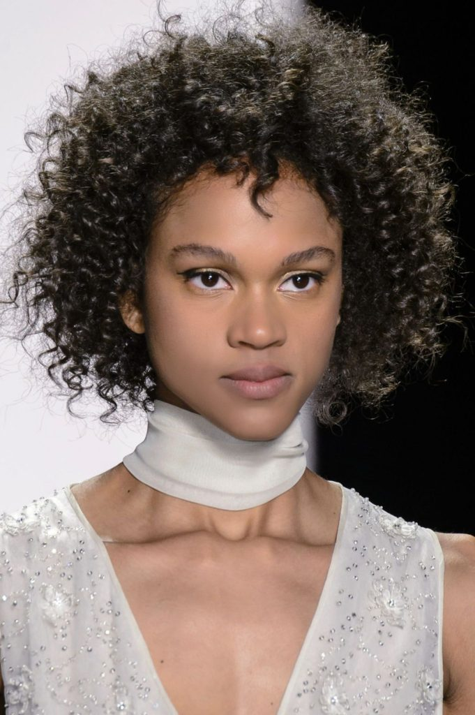 L'une des tendances concernant les cheveux courts est l'afro. Les têtes bouclées sont libres de s'étendre librement, surtout si la coupe est courte. Dans ce cas, le périmètre du cheveu n'est pas délimité. Pour caractériser la coupe sont les volumes et les boucles. Si les boucles se transforment en vagues, la coupe devient plus féminine.